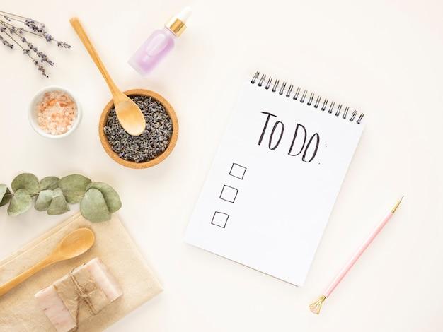 Aby zrobić notatnik z makietą listy kontrolnej z tłem kąpieli zero waste