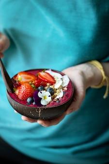 Acai w łupinach orzecha kokosowego zdrowy posiłek na letni klimat