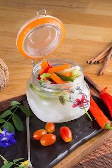 Acar sayur, wayang warzywne ogórki warzywne.
