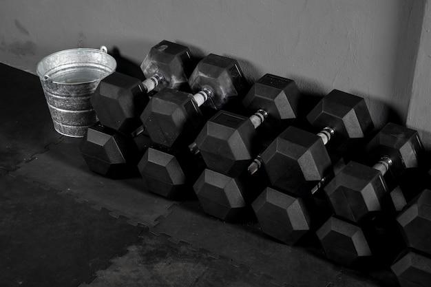 Acercamiento a pesas o mancuernas para hacer ejercicio en gimnasio