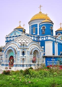 Achinsk syberia rosja 09012021 niebieska cerkiew pod złotymi kopułami w stylu klasycznym