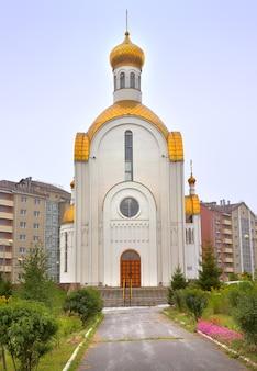 Achinsk syberia rosja 09012021 wejście do białej cerkwi pod złotymi kopułami