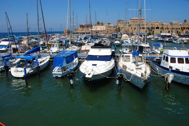 Acre port israel. łodzie żaglowe w porcie w akce