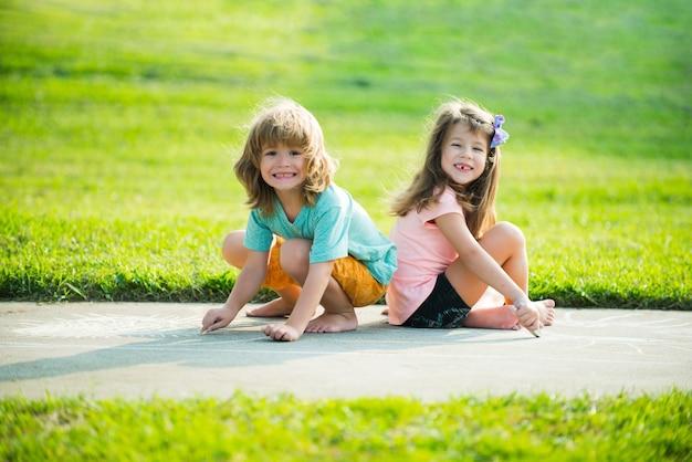 Adaptacja dzieci. para dzieci bawiących się na świeżym powietrzu. chłopiec i smutna dziewczyna w parku.