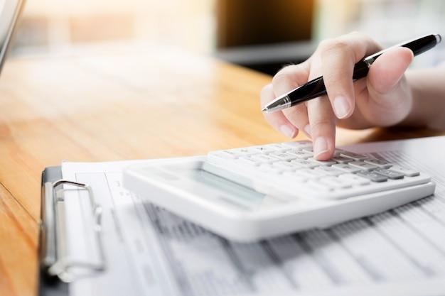 Administrator biznesowy inspektor finansów i sekretarz składający raport, obliczanie saldo. dokument kontroli dochodów wewnętrznych. koncepcja audytu.