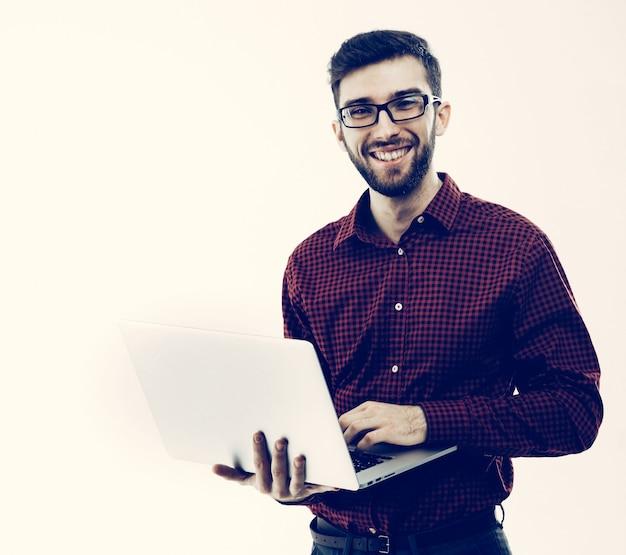 Administrator systemu z laptopem na białym tle. zdjęcie ma puste miejsce na tekst