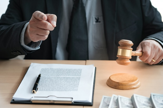 Adwokat licytuje sprzedaż młotek osądu z sędzią. licytator powala sprzedaż.