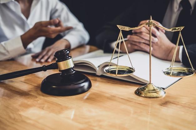Adwokat pracujący w sali sądowej ma spotkanie z klientem to konsultacje z dokumentami kontraktowymi