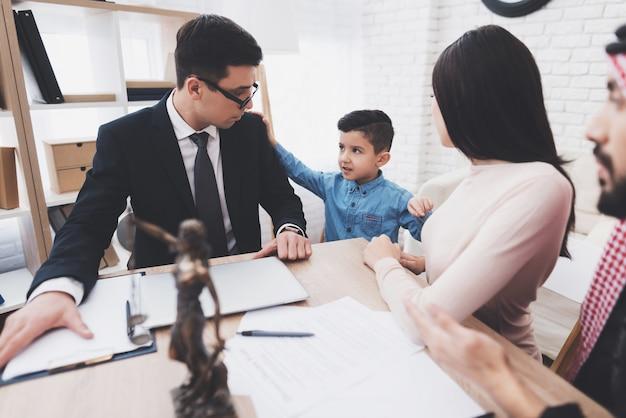 Adwokat rozwodowy w biurze z arabskim mężem i żoną.