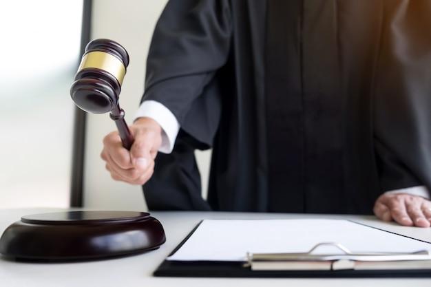 Adwokat sę dzia mę skiego w sali sądowej uderzaję ... c gavel na bloku brzmienia