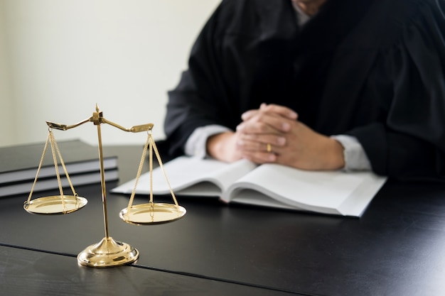 Adwokat sędzia czyta dokumenty na biurku w sądzie