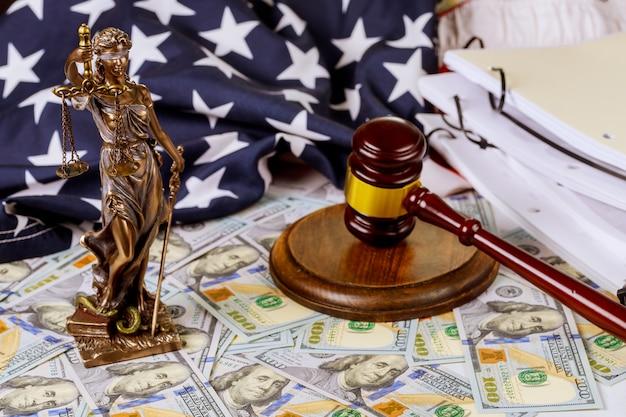 Adwokat statua sprawiedliwości ze skalami, młotek i pieniądze