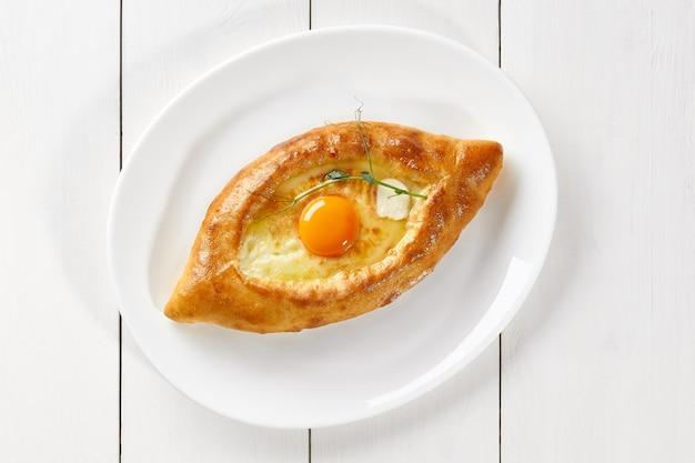 Adżariańskie chaczapuri z masłem serowym i żółtkiem jajka
