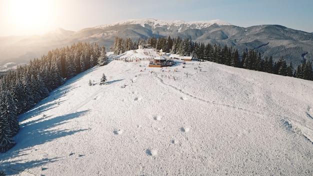 Aerial sun resort w górskim lesie turystów punkt orientacyjny w przyrodzie pejzaż mróz i śnieg w sunny