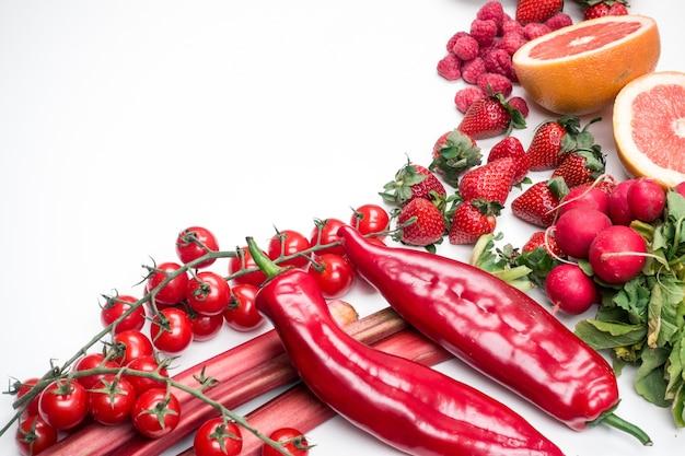 Aerial wibrujący strzał czerwony owoc i warzywo na białym background_16