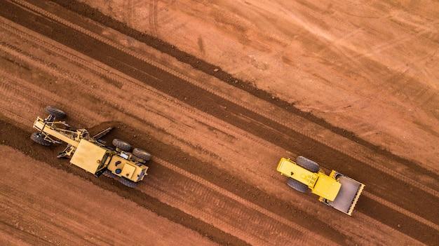 Aerial widok z góry traktor i earthmoving w pracy