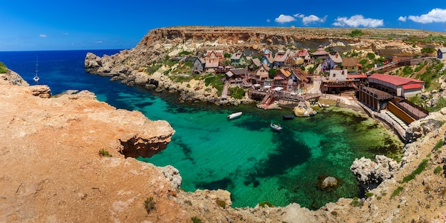 Aeril panorama wsi popeye w słoneczny dzień, malta