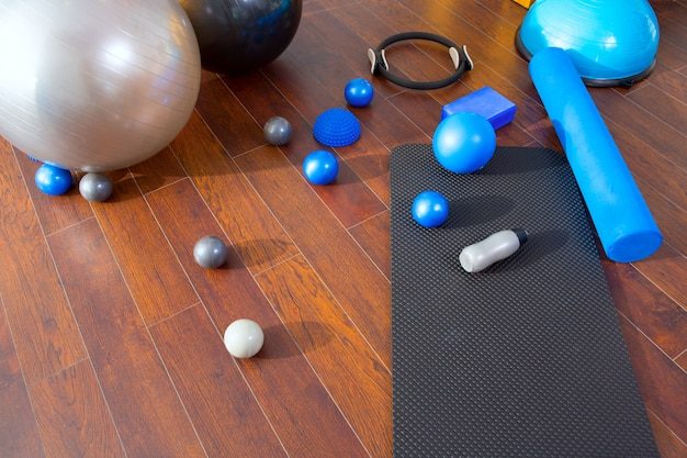 Aerobowe pilatesowe rzeczy, takie jak kółkowy pierścień magicznych kul