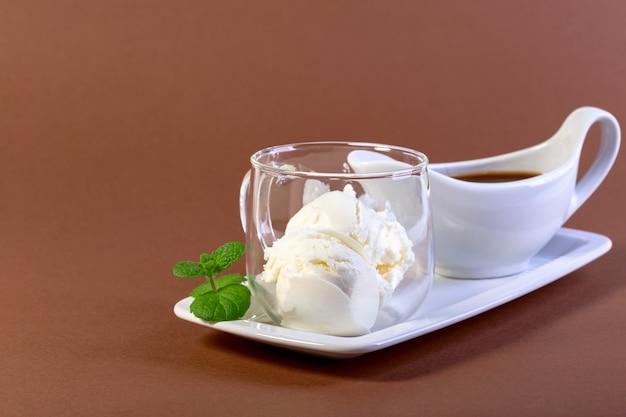 Affogato włoska kawa składająca się na deser na bazie lodów waniliowych z dodatkiem kawy espresso
