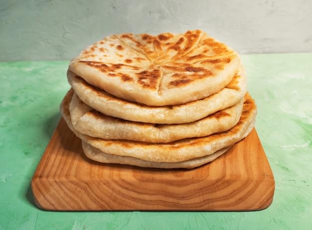 Afgańskie przekąski. afganowy chleb ziemniaczany i scallion - bolani kachaloo.