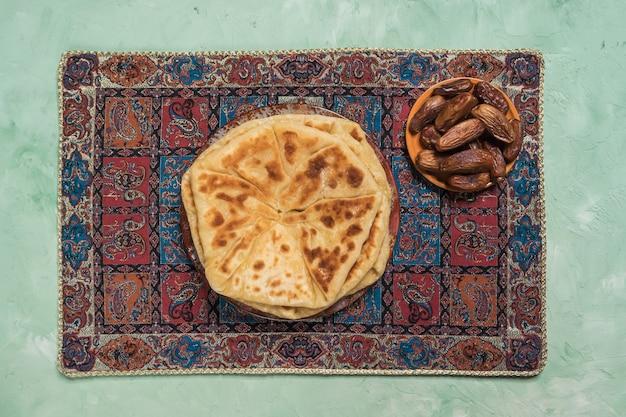 Afgańskie przekąski. afganowy ziemniak i chleb z szalotki - bolani kachaloo.