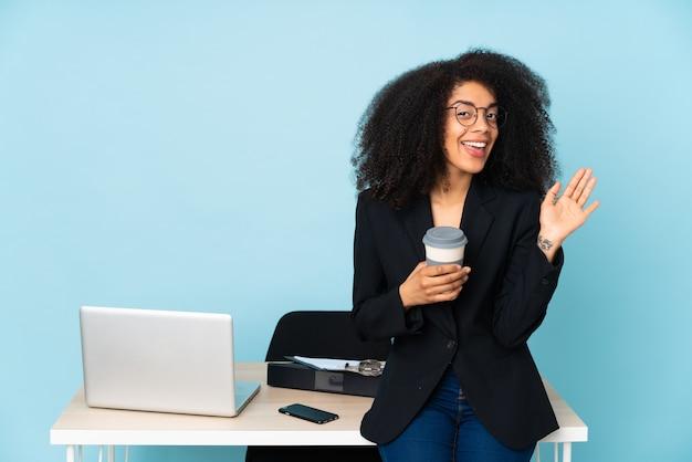 African american biznes kobieta pracuje w swoim miejscu pracy