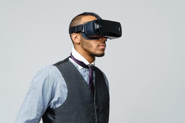 African american business cz? owiek za pomoc? zestawu wirtualnej rzeczywistości wirtualnej vr