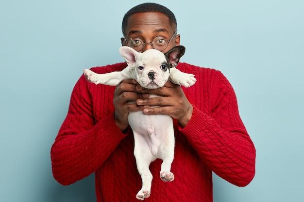 African american cz? owiek ubrany w czerwony sweter z psem