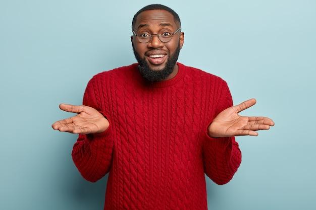African american cz? owiek ubrany w czerwony sweter
