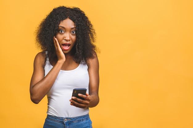 African american czarna dziewczyna trzyma w rękach telefon na czacie w internecie