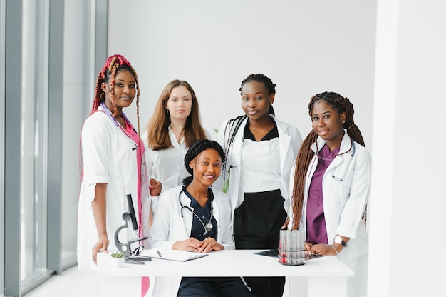 African-american czarna kobieta lekarz i grupa medyczna