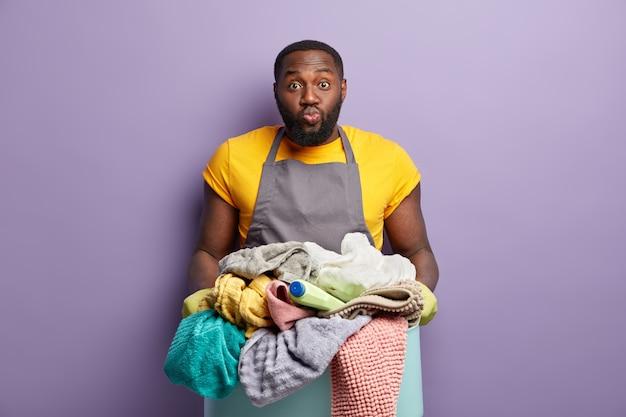 African american człowiek robi pranie