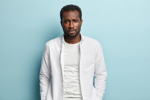 African american człowiek ubrany w białą koszulę
