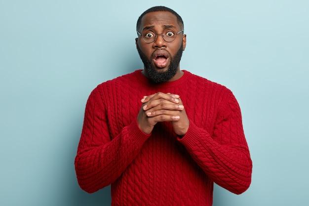 African american człowiek ubrany w czerwony sweter