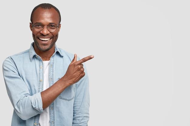 African-american człowiek w okrągłych okularach i dżinsowej koszuli