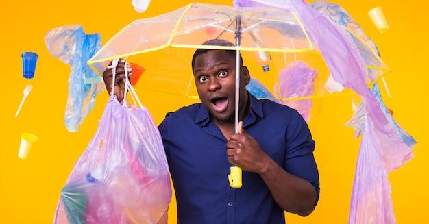 African american człowieka niosącego śmieci do recyklingu