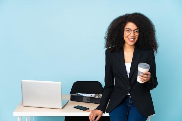 African american kobieta biznesu pracy w swoim miejscu pracy, śmiejąc się