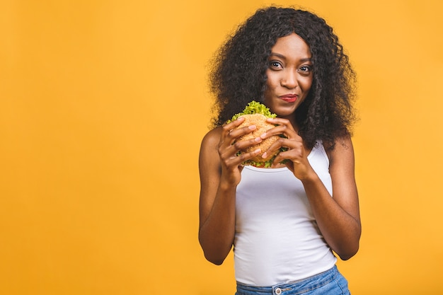 African american kobieta jedzenie hamburgerów