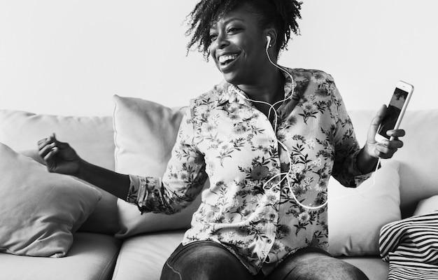 African american kobieta korzystających muzyki w domu wypoczynek i koncepcja muzyki