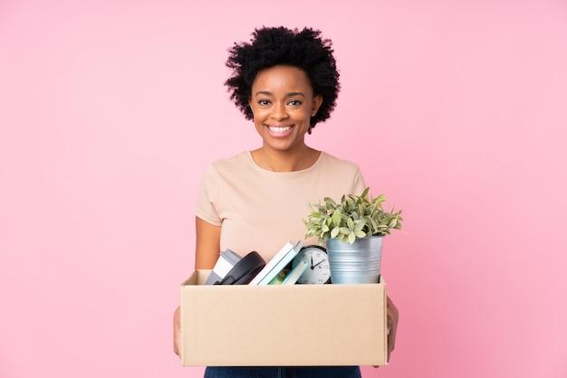 African american kobieta robi ruch nad różową ścianą
