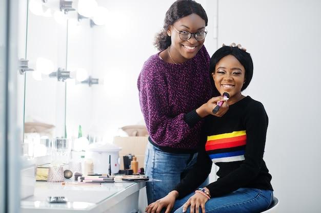 African american kobieta stosowania makijażu w salonie