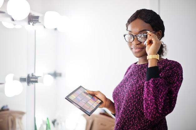 African american kobieta w okularach i tworzą paletę