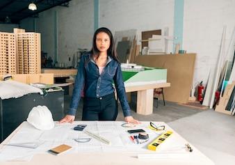 African American kobieta w pobliżu tabeli z hełmu i urządzeń