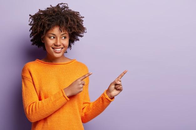 African american kobieta w pomarańczowym swetrze