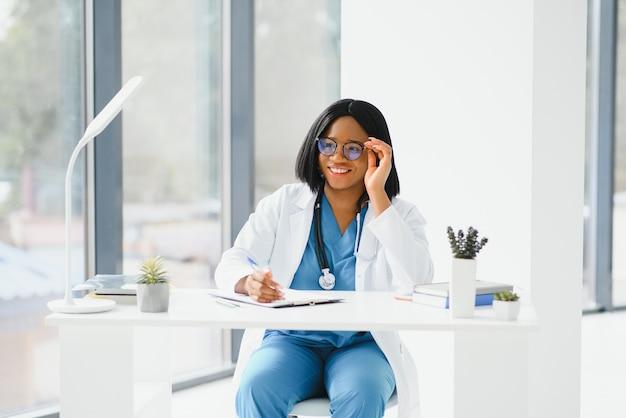 African american lekarz pracujący w swoim gabinecie w klinice
