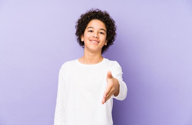 African american mały chłopiec na białym tle, rozciąganie ręki w geście pozdrowienia.