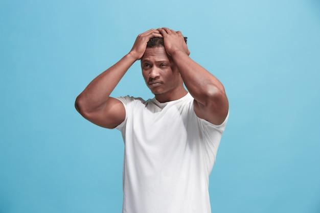African american man o bólu głowy. pojedynczo na niebieskiej ścianie