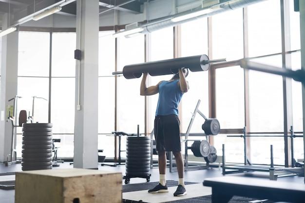 African-american man podnoszenia ciężarów w siłowni