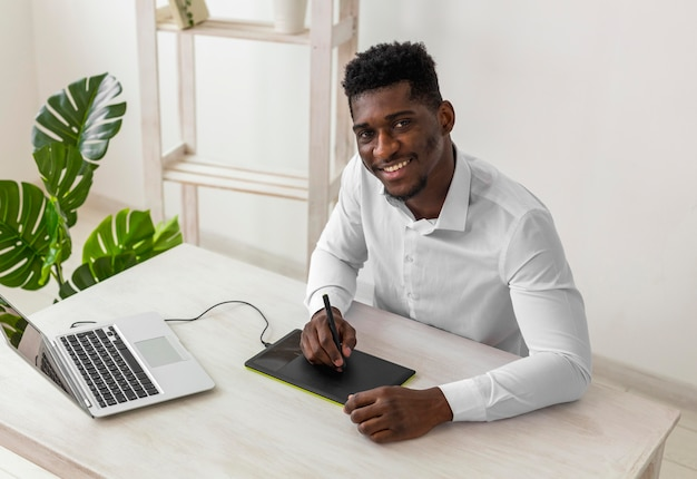 African american man uśmiecha się