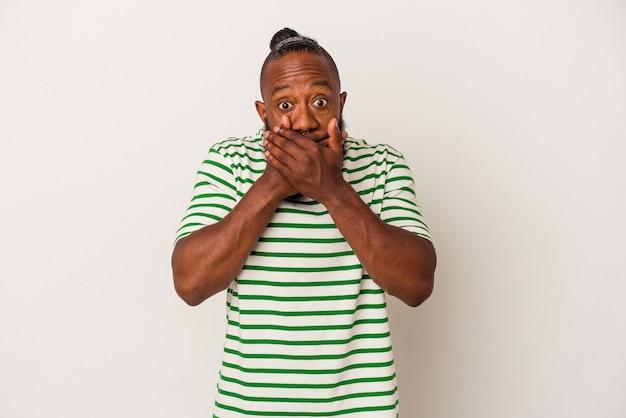 African american man z brodą na białym tle na różowym tle obejmujące usta rękami patrząc zmartwiony.